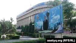 Абай атындағы ҚазҰПУ бас корпусы. Алматы, 1 шілде 2012 жыл. (Көрнекі сурет)