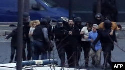 Поліція виводить заручників із крамниці після штурму, Париж, 9 січня 2015 року