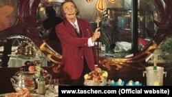 "Salvador Dalinin ""Taschen"" nəşriyyatından çıxan ""Dalí: Les Diners de Gala"" kitabından bir foto."