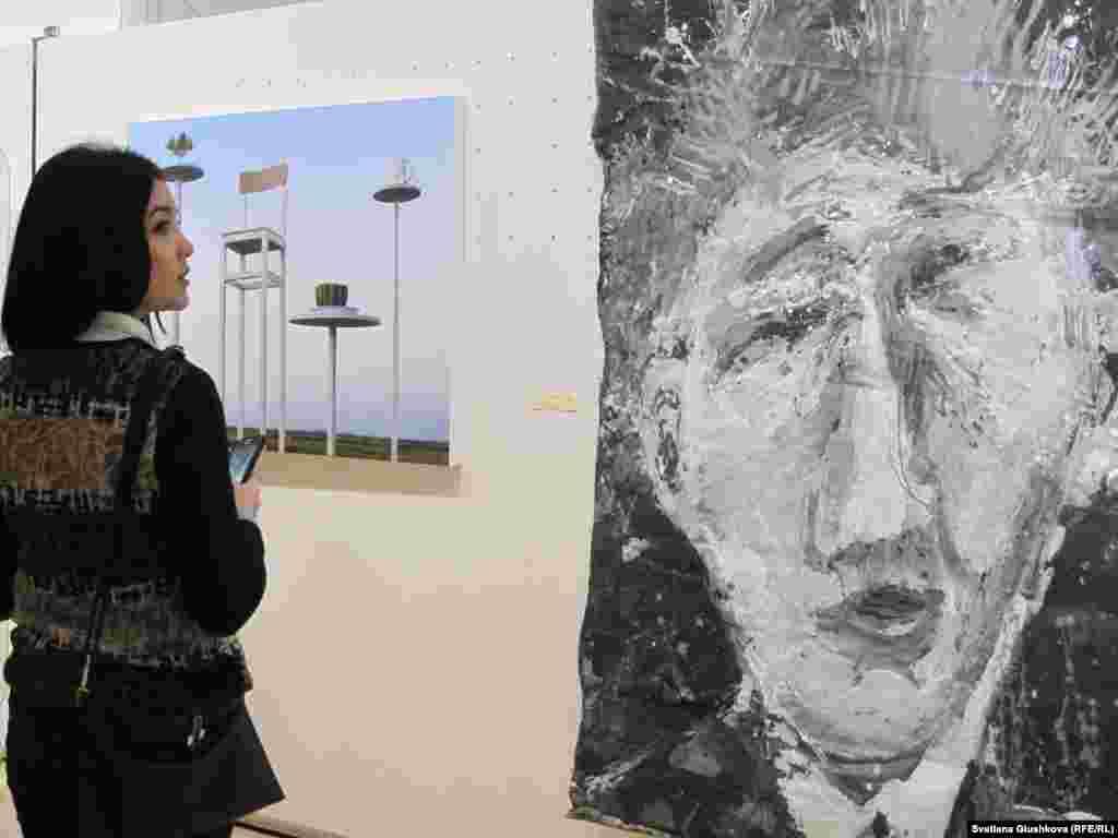 """Көрмеге суретшінің """"Жалаңаяқ суреттер"""" атты сериясынан да картиналар қойылды. Бұл кескін кенепке аяқпен тапталып салынған."""