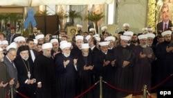 رهبران مذهبی مسیحی و مسلمان لبنان بر سر قبر رفیق حریری دعا می کنند.