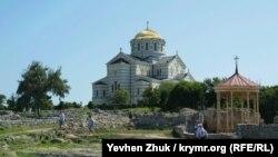 На переднем плане беседка на месте якобы крещения князя Владимира