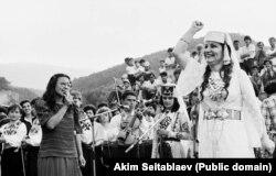 Сабрие Сеутова и известная крымскотатарская певица Сусанна Меметова. Фото Акима Сеитаблаева