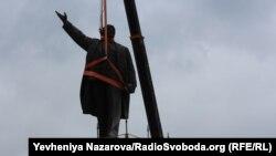 Ukraynada Lenin heykəlinin sökülməsi.