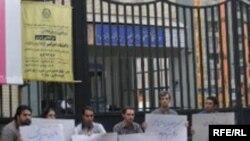 ماموران امنيتی شش نفر از کسانی که در اعتراض به دستگير دانشجويان دانشگاه امير کبير در مقابل اين دانشگاه متحصن شدند، را دستگیر کردند.