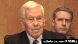 Лугар кілька десятиліть працював в комітеті Сенату із міжнародних справ і двічі був його головою