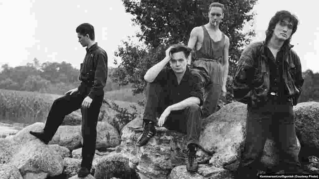 У 1982 році Цой створив гурт «Кіно» і записав перший альбом під назвою «45». Пісня «Електричка», про людину, яка застрягла у приміському потязі і рухається в неправильному напрямку, була сприйнята як метафора життя в Радянському Союзі і було негайно заборонена