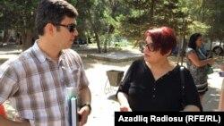 Журналистка Хадиджа Исмаилова с адвокатом Фаризом Намазлы. Баку, 8 августа 2016 года.