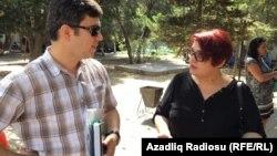 Азаттық журналисі Хадижжа Исмайыл адвокаты Фариз Намазлымен бірге. Баку, 8 тамыз 2016 жыл.