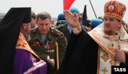Главарь группировки «ДНР» Александр Захарченко (в центре) во время закладки храма у подножия Саур-могилы. Донецкая область, 8 мая 2015 года