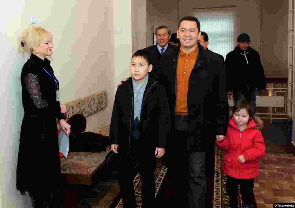 Премьер-министр Кыргызстана Омурбек Бабанов со своими детьми на избирательном участке во время парламентских выборов, 30 октября 2011 года.