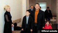 """Лидер партии """"Республика"""" Омурбек Бабанов со своими детьми на избирательном участке во время выборов в Жогорку Кенеш, Бишкек, 10 октября 2010 года."""