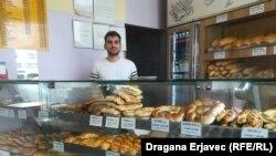 """""""Nema pravila, dolaze i mladi, jer nemaju posla, a dolaze i penzioneri, koji opet imaju neka svoja primanja"""", ističe Đakuljaj, koji kaže kako pomažu svima koliko može."""