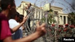 Протест стінами Верховного конституційного суду в Каїрі, 14 червня 2012 року