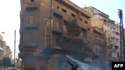 Suriyanın Homs şəhərində etiraz aksiyası iştirakçısı qaz balonunu qaytarıb polisin özünə atır, 27 dekabr 2011