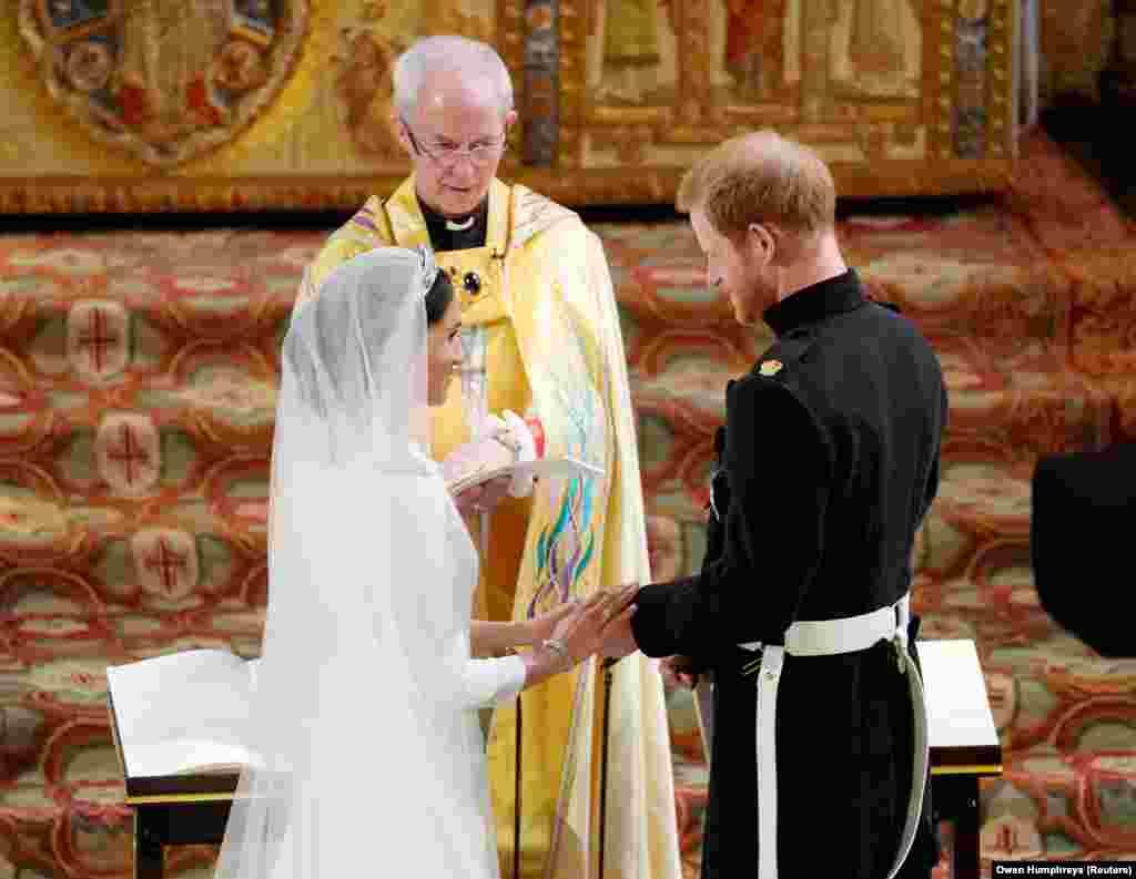 Bishopi i Canterbury, Justin Welby udhëhoqi ceremoninë martesore. Princi Harry ka marrë titullin Duka i Suxxes ndërkaq, Markel do të njihet si Dukesha e Suxxes.