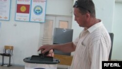 Житель Бишкека голосует. Кыргызстан. 27 июня 2010.