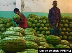 На главном рынке в Дакке – сезон арбузов