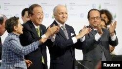 Ֆրանսիայի նախագահ Ֆրանսուա Օլանդը, ՄԱԿ-ի գլխավոր քարտուղար Բան Կի-մունը Փարիզում կլիմայի փոփոխությանը նվիրված համաժողովի ամփոփիչ լիագումար նիստի ժամանակ, 12-ը դեկտեմբերի, 2015թ.
