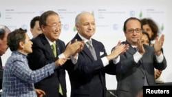 S lijeva na desno: izvršna sekretarka Okvirne konvencije UN-a o promjeni klime - Christiana Figueres, generalni sekretar - Ban Ki-moon, francuski šef diplomatije - Laurent Fabius i predsjednik Francuske - Francois Hollande, 12. decembar 2015.
