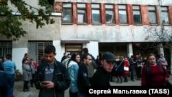 Жителі Керчі біля будівлі міськлікарні №1, куди привезли постраждалих у коледжі, 17 жовтня 2018 року