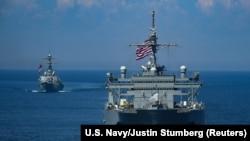 """Distrugătorul american Arleigh Burke și o navă de monitorizare în formație la exercițiile militare """"Sea Breeze"""" 2018 în Marea Neagră"""