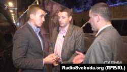 Журналіст «Схем» вкотре демонструє посвідчення співробітникам УДО