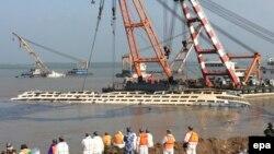Подъем на поверхность затонувшего теплохода на реке Янцзы