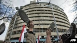 تجمع معترضان در مقابل ساختمان تلویزیون ملی مصر، در گرماگرم ناآرامیها در بهمن ۸۹