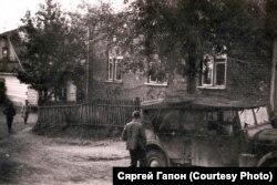 Немцы каля сынагогі, ліпень 1941 году (з калекцыі Сяргея Міхалевіча)
