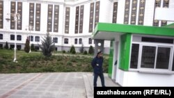 Aşgabat, postda duran polisiýa ofiseri.