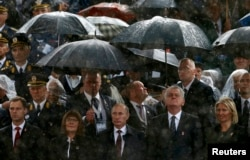 Атмосферу предыдущего визита Владимира Путина в Белград подпортил октябрьский ливень. Но ни военному параду, ни русско-сербской дружбе дождь не помешал
