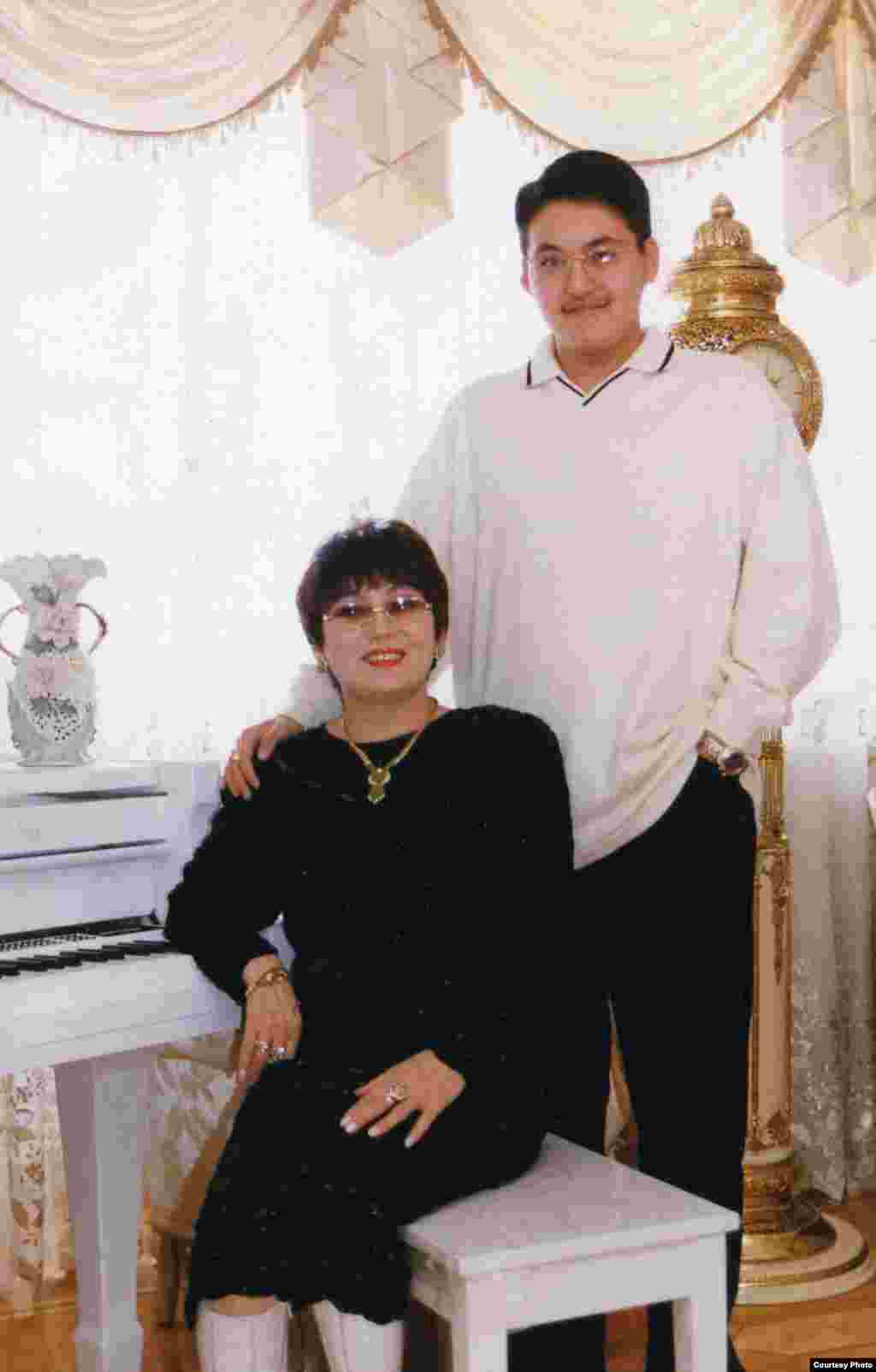 Анасы мен баласы. - Мәдина жалғыз ұлы Арсенмен бірге өз үйінде. Алматы, 1999 жыл.
