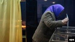 Жінка голосує на виборчій дільниці під час парламентських виборів. Краматорськ, 26 жовтня 2014 року (Ілюстраційне фото)