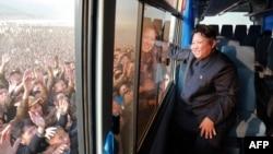کیم جونگاون در تصویر رسمی منتشرشده از سوی کره شمالی در میان آنچه «جمعیت مشتاقان» او عنوان شده است