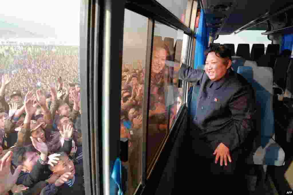 Народ вітає свого лідера під час відвідування Кім Чен Ином міста Расон. Жовтень 2015 року