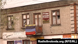 Деякі зруйновані балкони у Дебальцеві завісили прапорами угруповання «ДНР»