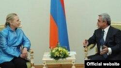 АҚШ-тың мемлекеттік хатшысы Хиллари Клинтон Армения президенті Серж Саркисянмен (сол жақта) кездесті. Ереван, 4 маусым 2012 жыл.