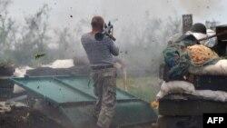 Украінскі вайсковец страляе з гранатамёта па пазыцыях на лініі фронту барацьбы супраць прарасейскіх сэпаратыстаў у раёне Данецка, 31 траўня 2015 году