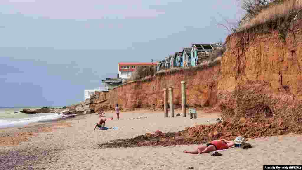 Пляжные обрывы рядом с «Металлистом»