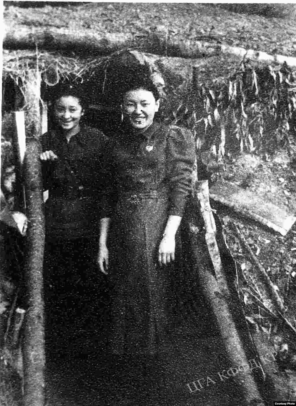 Сайра Кийизбаева и Мухиттинова. 1942 год.