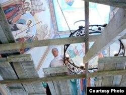 Віктар Маркавец расьпісвае царкву ў Заслаўі