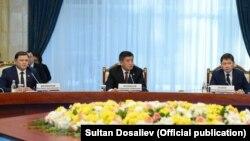 Президент Сооронбай Жээнбеков, премьер-министр Сапар Исаков жана спикер Дастанбек Жумабеков. 8 февраль, 2018-жыл