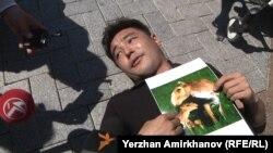"Участник акции ""Антигептил"" с фотографией сайгака. Астана, 28 мая 2015 года"