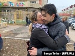 Алтынбек Орынтайулы, арестованный на 15 суток, с мамой Розалией Бекзадиной после освобождения, 14 мая 2019 года.