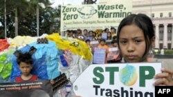 Манила. Демонстранты обращаются к участникам конференции в Познани