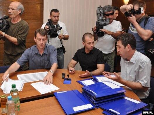 Političke partije predaju svoje kandidatske liste za opšte izbore u oktobru, 5. jul 2010. Foto: Midhat Poturović