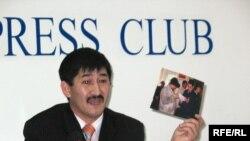Асылхан Оташев өз туыстары Қостанайдың заң орындарынан қиянат көргенін айтады. Алматы, 6 қараша 2008 ж.