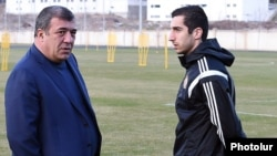 Armenia - Ruben Hayrapetian (L), the Armenian Football Federation chairman, and attacking midfielder Henrikh Mkhitaryan talk during a training session in Yerevan, 25Mar2015.