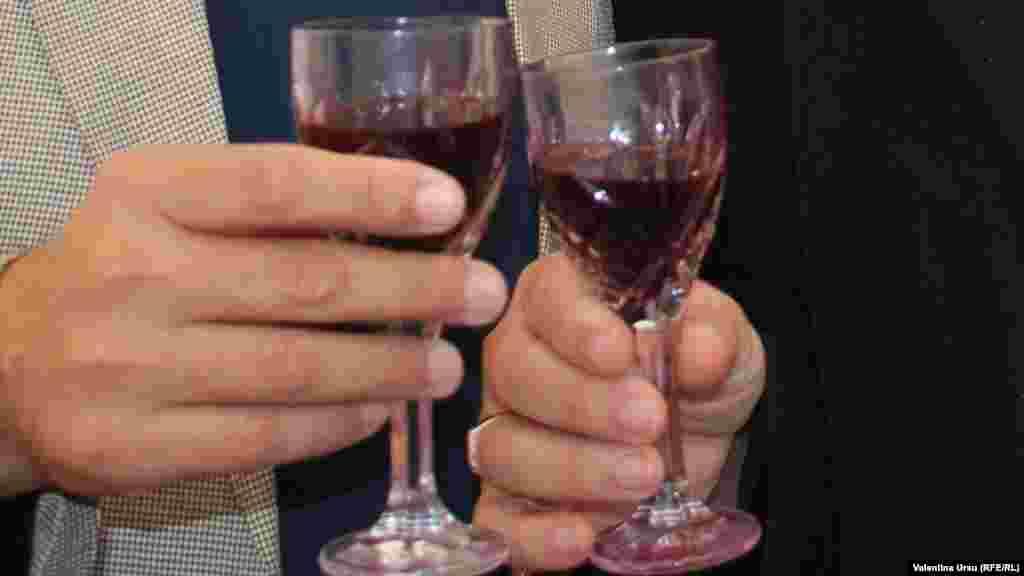 'Noroc!' (Cheers!)
